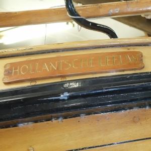 Naambord waarop duidelijk staat dat het Hollantsche Leeuw met een t is