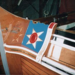 2001-2002 Friso foto 4 De kop van de Friso terug in iriginele staat met een breder gelakt gedeelte tussen berghout en sierlijsten
